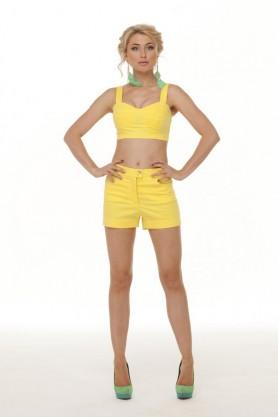 Модные желтые шорты
