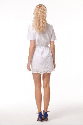 Белое платье с шитьем по низу